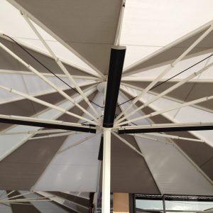 exemple de pose de radiants sous des parasols