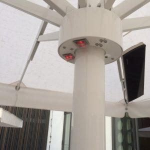installation de chauffage avec interrupteur sous un parasol pour la terrasse de l'hôtel le Cinq Codet