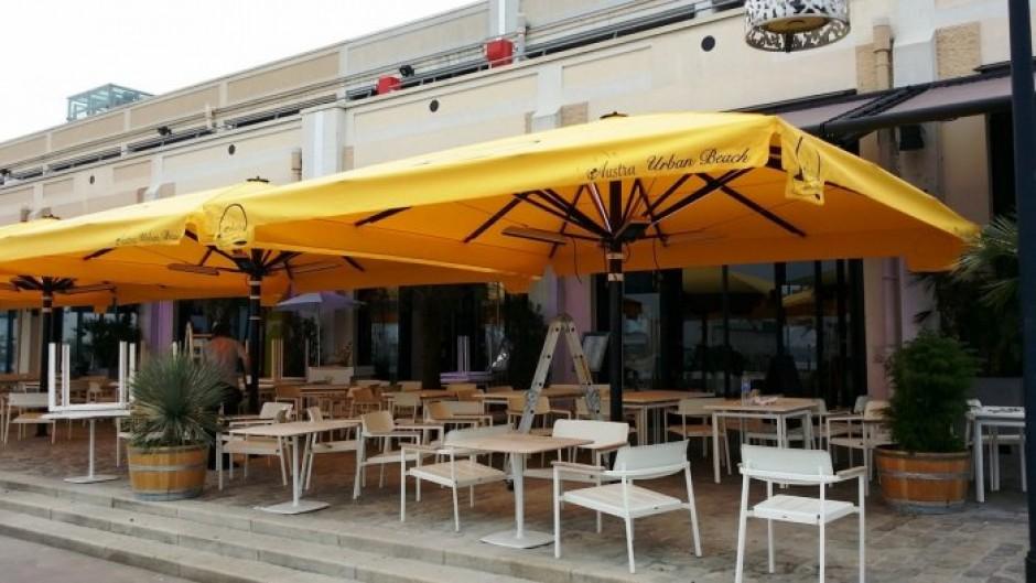 chauffage ir professionnel gamme spot 2200 w sous des parasols au nouveau restaurant l austra. Black Bedroom Furniture Sets. Home Design Ideas