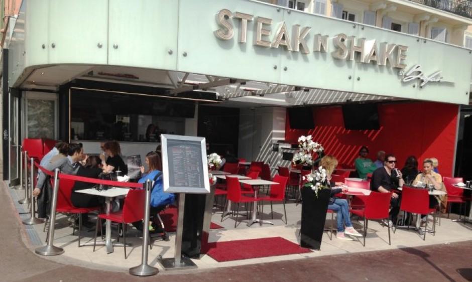 steak n shake brasserie le claridge cannes avec des radiateurs infrarouges rayonnants blancs. Black Bedroom Furniture Sets. Home Design Ideas